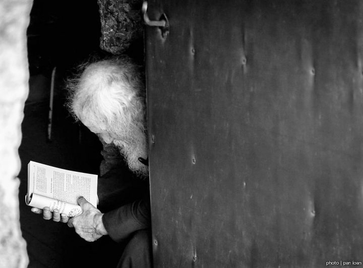 calugar-citind-biblia-intr-o-manastire-rupestra