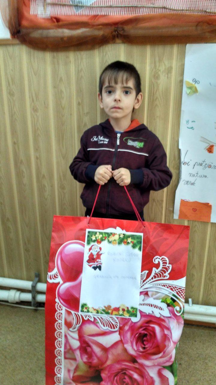 Copil cu cadou