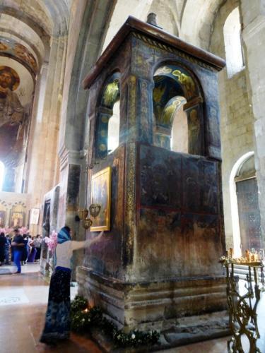 Stalpul ridicat pe locul in care  este ingropata Camasa lui Hristos(redimensionat)